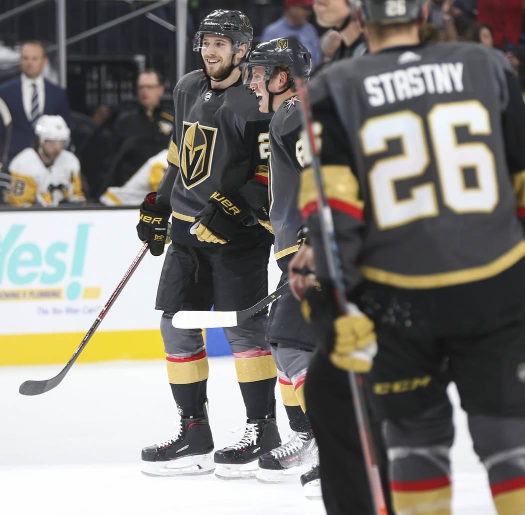 El defensa de los Golden Knights, Shea Theodore, a la izquierda, celebra su gol con el defensa, Nate Schmidt, durante el primer período de un juego de hockey de la NHL contra los Pittsburgh Pengu ...