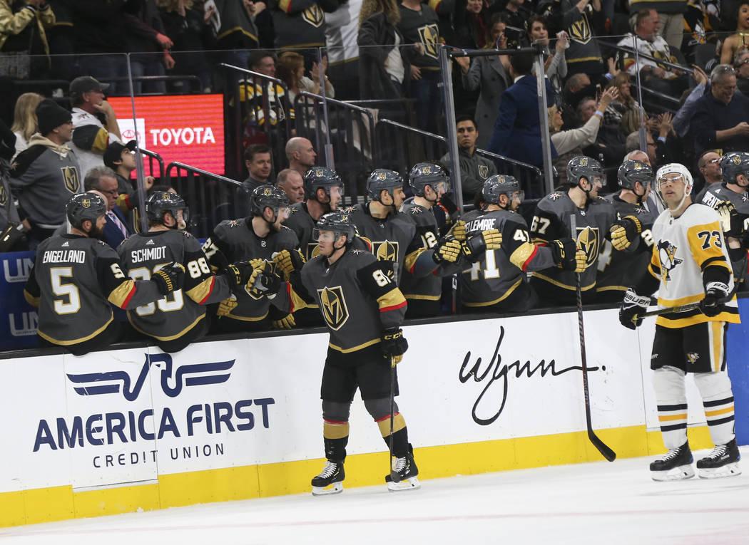El centro Golden Knights, Jonathan Marchessault (81), celebra su gol durante el segundo período de un juego de hockey de la NHL contra los Pittsburgh Penguins en el T-Mobile Arena en Las Vegas el ...