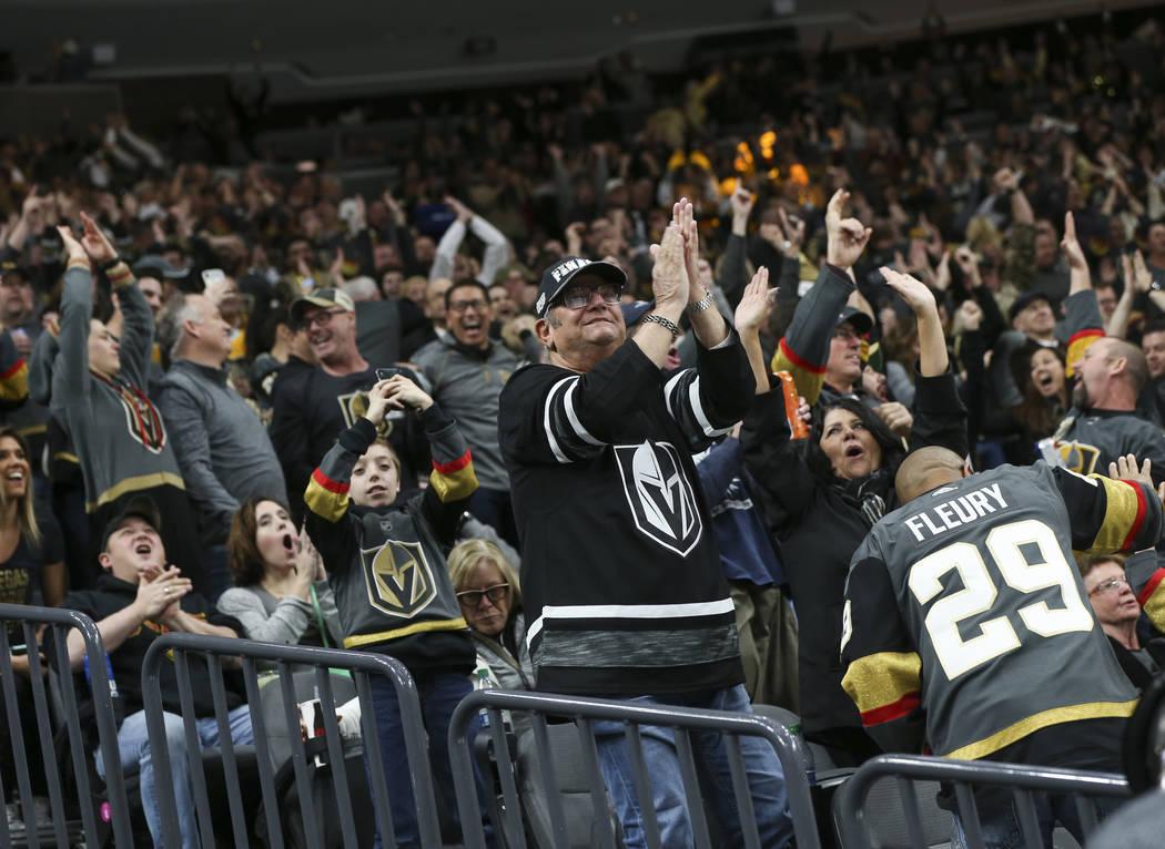 Los fans de los Golden Knights celebran un gol del centro de los Golden Knights, Jonathan Marchessault, durante el segundo período de un juego de hockey de la NHL en T-Mobile Arena en Las Vegas e ...