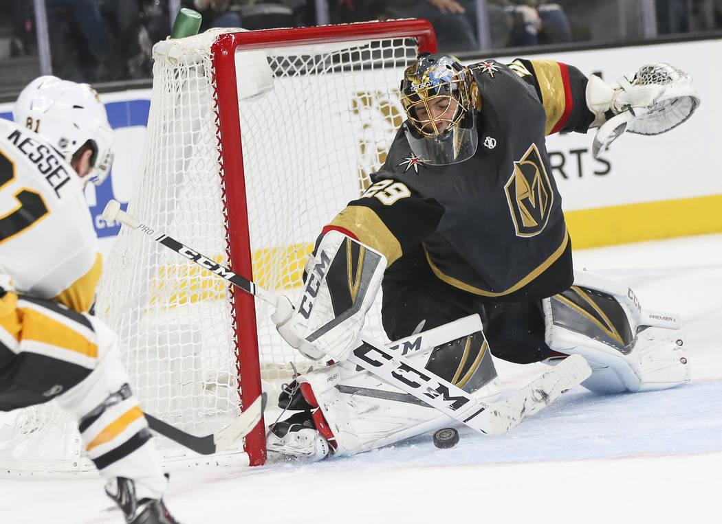 El portero de los Golden Knights, Marc-André Fleury (29), bloquea un disparo del ala derecha de los Pittsburgh Penguins, Phil Kessel, durante el segundo período de un juego de hockey de la NHL e ...