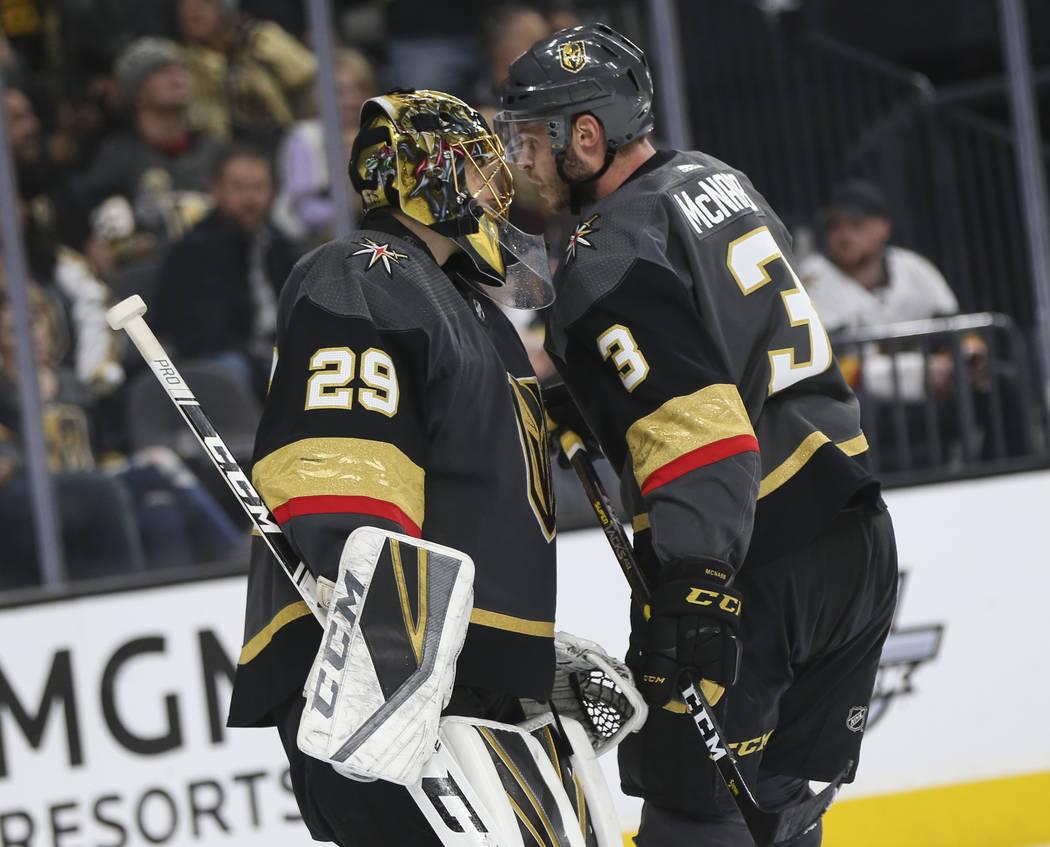 El portero de los Golden Knights, Marc-André Fleury (29), conversa con el defensa Brayden McNabb (3) durante el segundo período de un juego de hockey de la NHL contra los Pittsburgh Penguins en ...