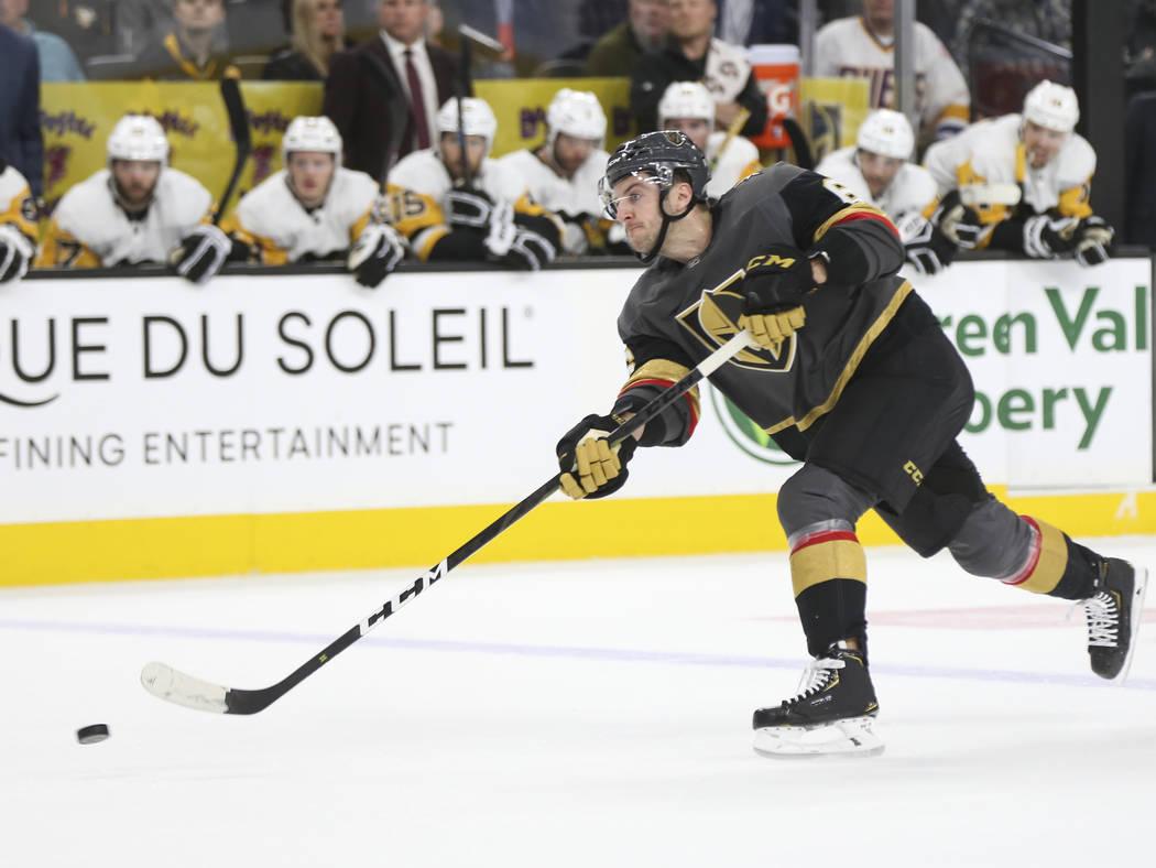El defensa Colin Miller (6) de los Golden Knights dispara contra los Pingüinos de Pittsburgh durante el primer período de un juego de hockey de la NHL en T-Mobile Arena en Las Vegas el sábado 1 ...