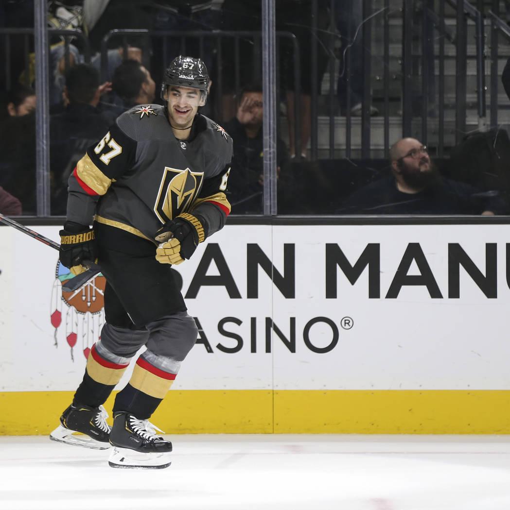 El ala izquierda de los Golden Knights, Max Pacioretty (67) celebra su gol contra los Pingüinos de Pittsburgh durante el primer período de un juego de hockey de la NHL en T-Mobile Arena en Las V ...