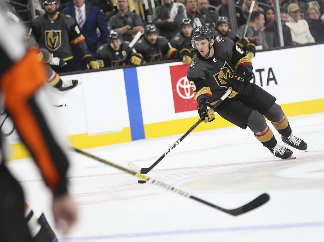 El defensa Colin Miller (6) de los Golden Knights busca disparar contra los Pingüinos de Pittsburgh durante el primer período de un juego de hockey de la NHL en el T-Mobile Arena de Las Vegas el ...
