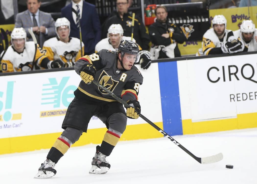 El defensa Nate Schmidt (88) de los Golden Knights mueve el disco contra los Pingüinos de Pittsburgh durante el primer período de un juego de hockey de la NHL en T-Mobile Arena en Las Vegas el s ...