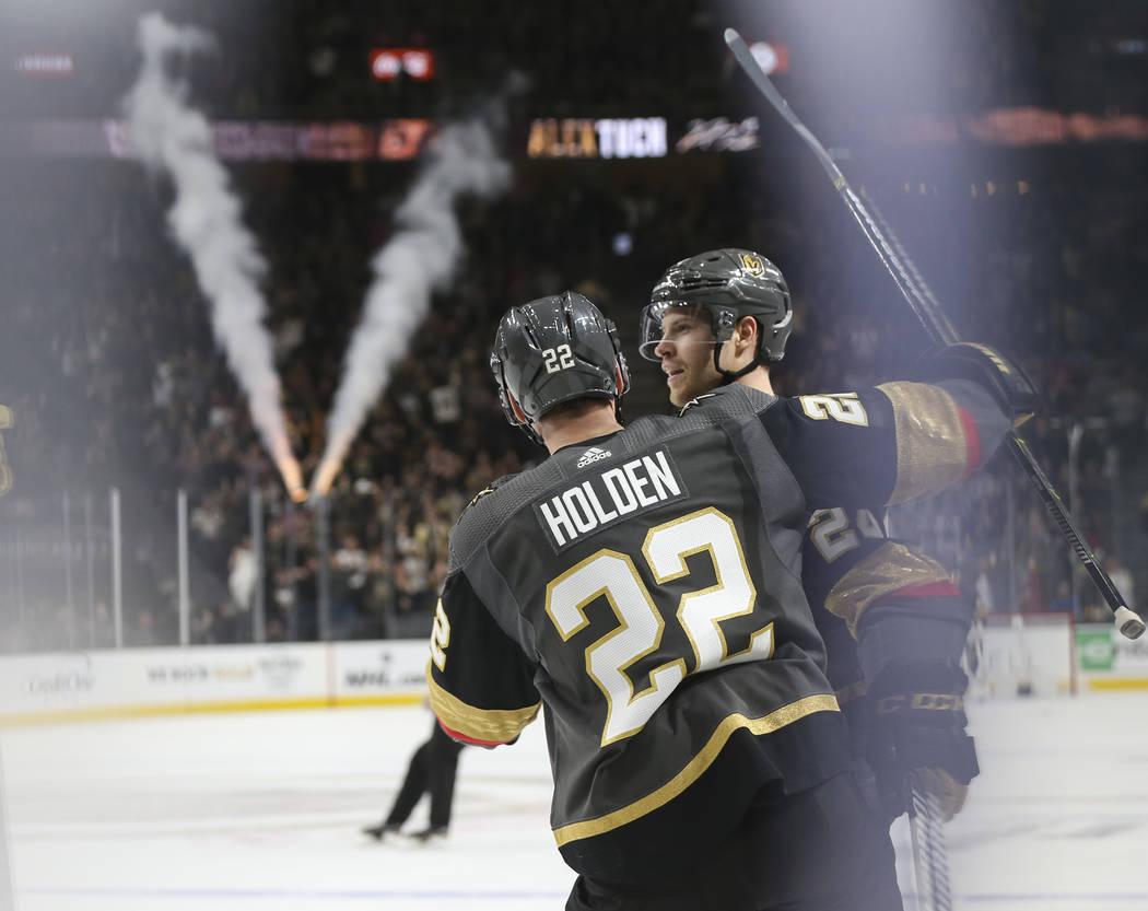 El defensa de los Golden Knights, Nick Holden (22), celebra un gol del centro Óscar Lindberg durante el primer período de un juego de hockey de la NHL contra los Pittsburgh Penguins en el T-Mobi ...