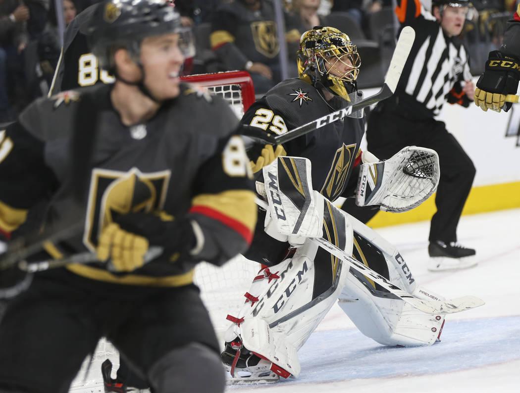 Marc-André Fleury, portero de los Golden Knights (29), defiende la red durante el segundo período de un juego de hockey de la NHL contra los Pittsburgh Penguins en el T-Mobile Arena en Las Vegas ...