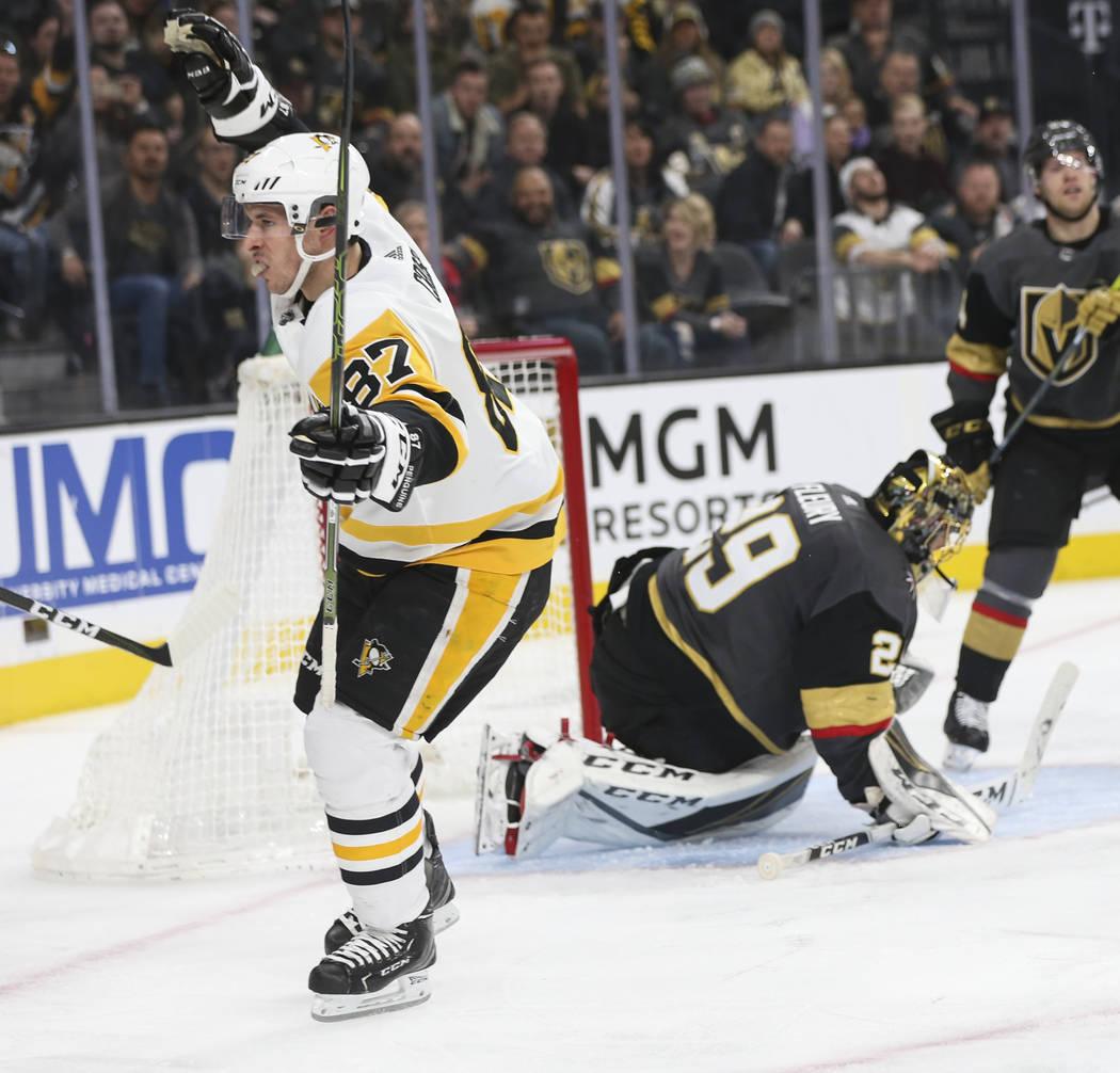 El centro Sidney Crosby (87) de los Pittsburgh Penguins, celebra su gol al pasar al portero Marc-André Fleury (29) de los Golden Knights durante el segundo período de un juego de hockey de la NH ...