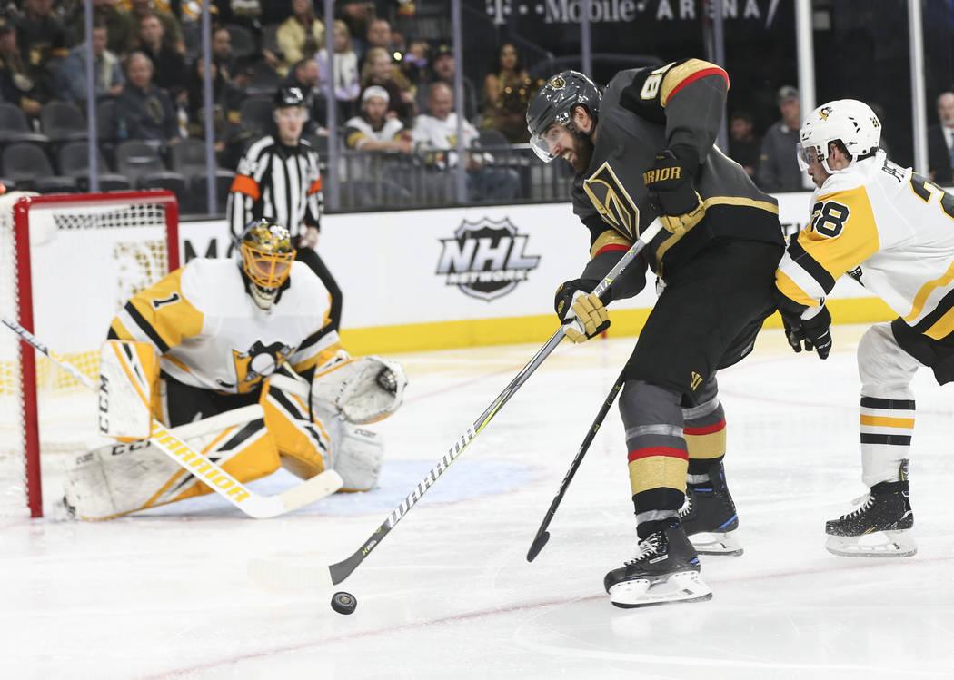 El ala derecha de los Golden Knights, Alex Tuch (89), busca disparar contra el portero Casey DeSmith (1) de los Pittsburgh Penguins durante el tercer período de un juego de hockey de la NHL en T- ...