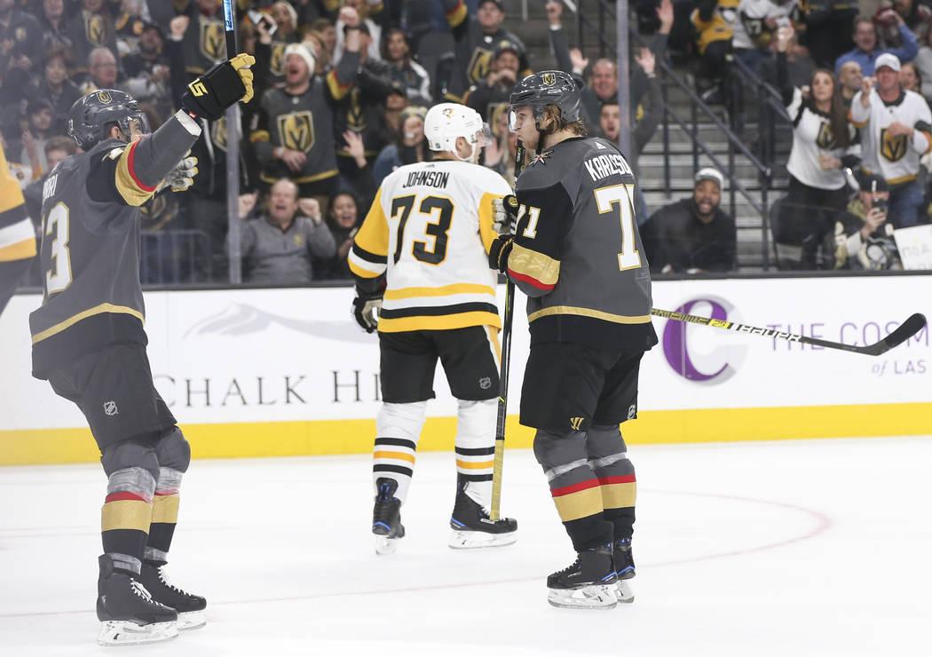 El centro de los Golden Knights, Brandon Pirri, a la izquierda, celebra un gol del centro de los Golden Knights, William Karlsson (71), durante el tercer período de un partido de hockey de la NHL ...