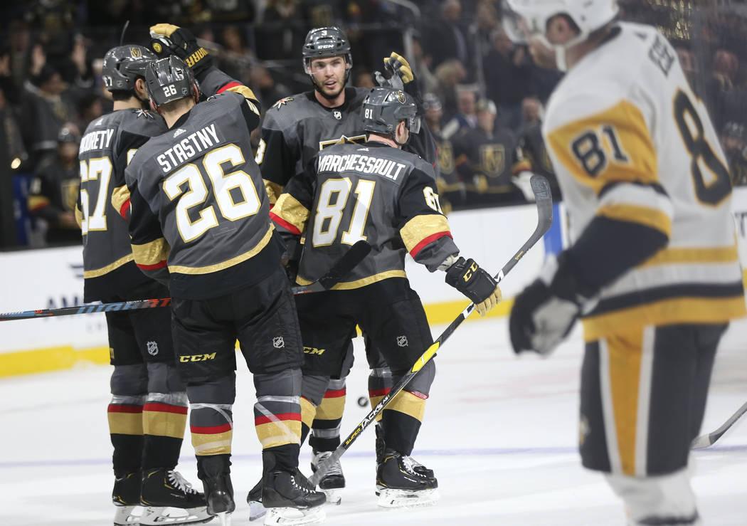 Los jugadores de los Golden Knights celebran un gol del centro Jonathan Marchessault (81) durante el tercer período de un juego de hockey de la NHL contra los Pittsburgh Penguins en T-Mobile Aren ...