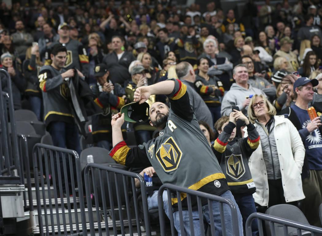 Los fans de los Golden Knights lanzan sus gorras al hielo en la celebración de un 'hat trick' de Jonathan Marchessault, que no aparece en la foto, durante el tercer período de un juego de hockey ...