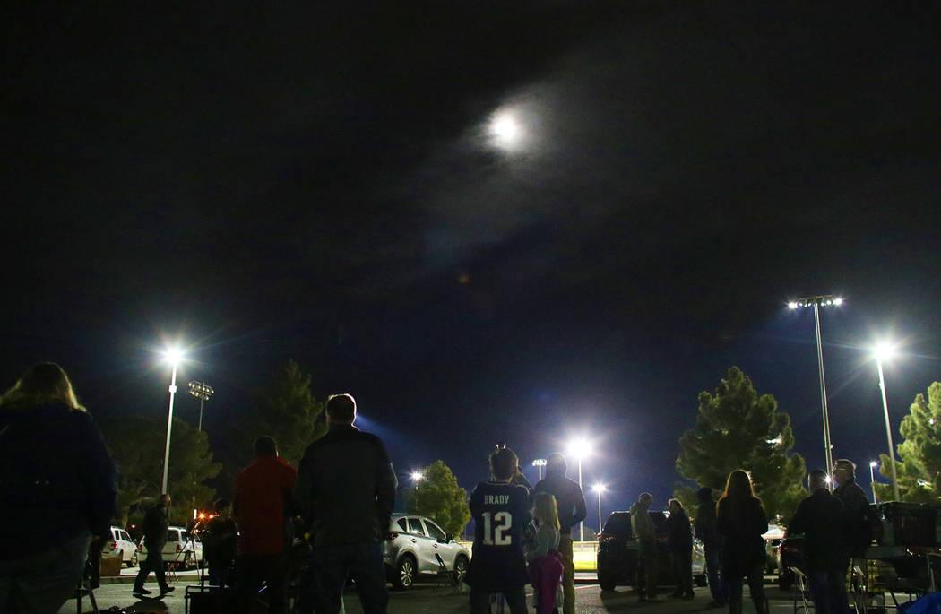 Los asistentes esperan a que la luna se eclipse en el estacionamiento de la Universidad del Sur de Nevada en North Las Vegas, el domingo 20 de enero de 2019. (Rachel Aston / Las Vegas Review-Journ ...