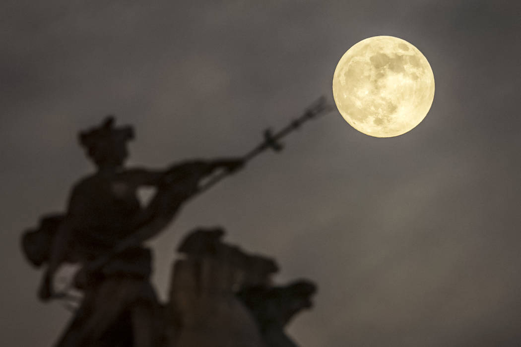 Una súperluna se eleva sobre el 'Maritime Prowess' de Albert Hemstock Hodge en el Guild Hall antes del Eclipse Lunar, en Hull, Inglaterra, el domingo 20 de enero de 2019. (Danny Lawson / PA a tra ...