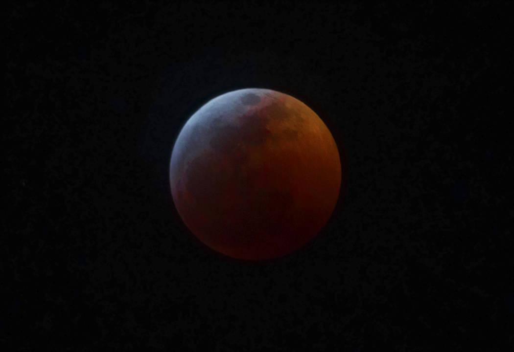 """La """"súper luna lobo de sangre"""", el domingo 20 de enero de 2019, en Las Vegas. (Benjamin Hager / Las Vegas Review-Journal) @BenjaminHphoto"""