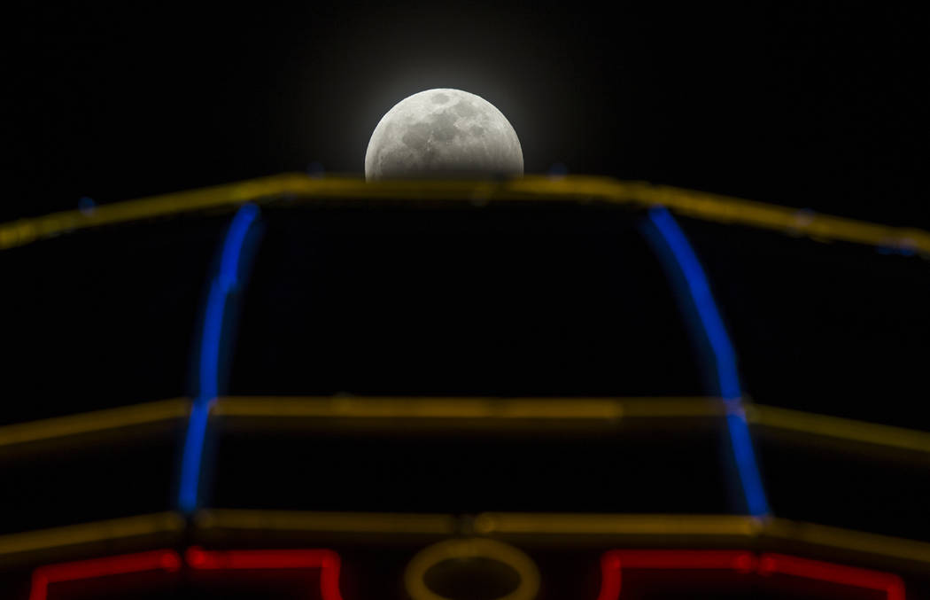 El eclipse lunar se ve sobre el París Las Vegas el domingo 20 de enero de 2019, en Las Vegas. (Benjamin Hager / Las Vegas Review-Journal) @BenjaminHphoto