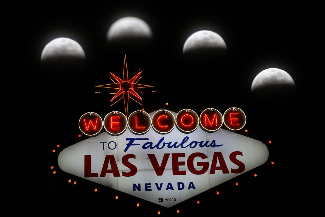 """Esta foto de exposición múltiple capturada el domingo, 20 de enero de 2019, muestra el movimiento de la luna durante el eclipse lunar """"súper lobo de sangre luna"""" de Las Vegas Boulevard, cerca d ..."""