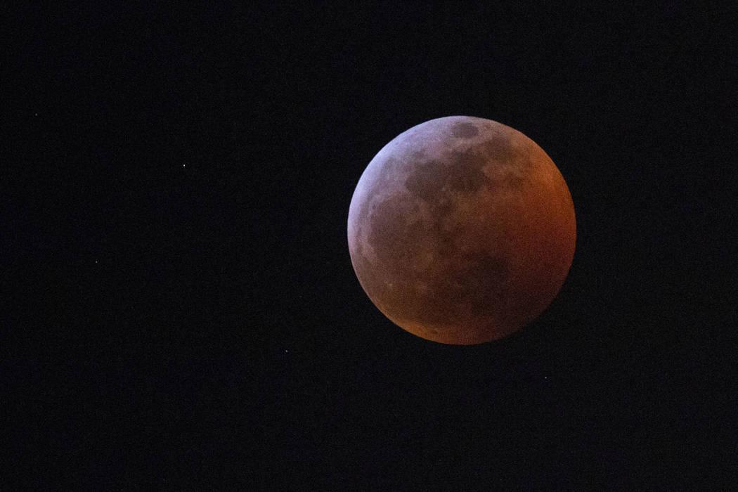 El eclipse lunar desde Las Vegas Boulevard en Las Vegas. (Bizuayehu Tesfaye / Las Vegas Review-Journal) @bizutesfaye