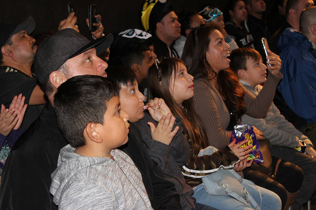 En familia asistieron los fanáticos de las llaves, máscaras y vuelos. Domingo 20 de enero de 2019 en arena FSW. Foto Cristian De la Rosa / El Tiempo - Contribuidor.