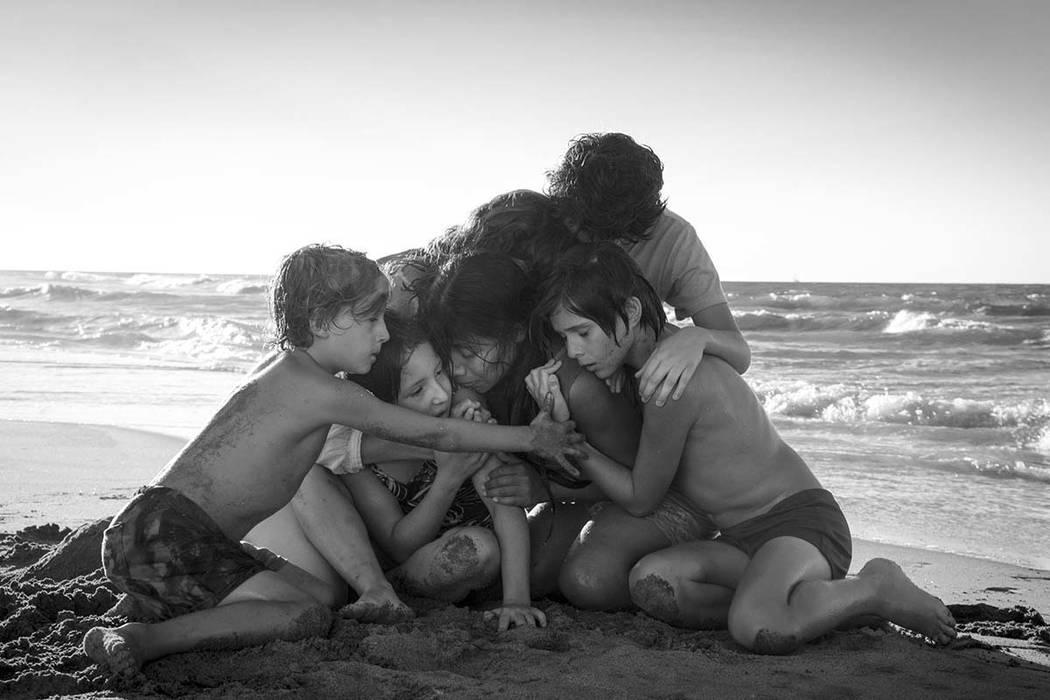 """Esta imagen lanzada por Netflix muestra a Yalitza Aparicio, centro, en una escena de la película """"Roma"""", del cineasta Alfonso Cuarón. El martes 22 de enero de 2019, la película fue nominada a 1 ..."""
