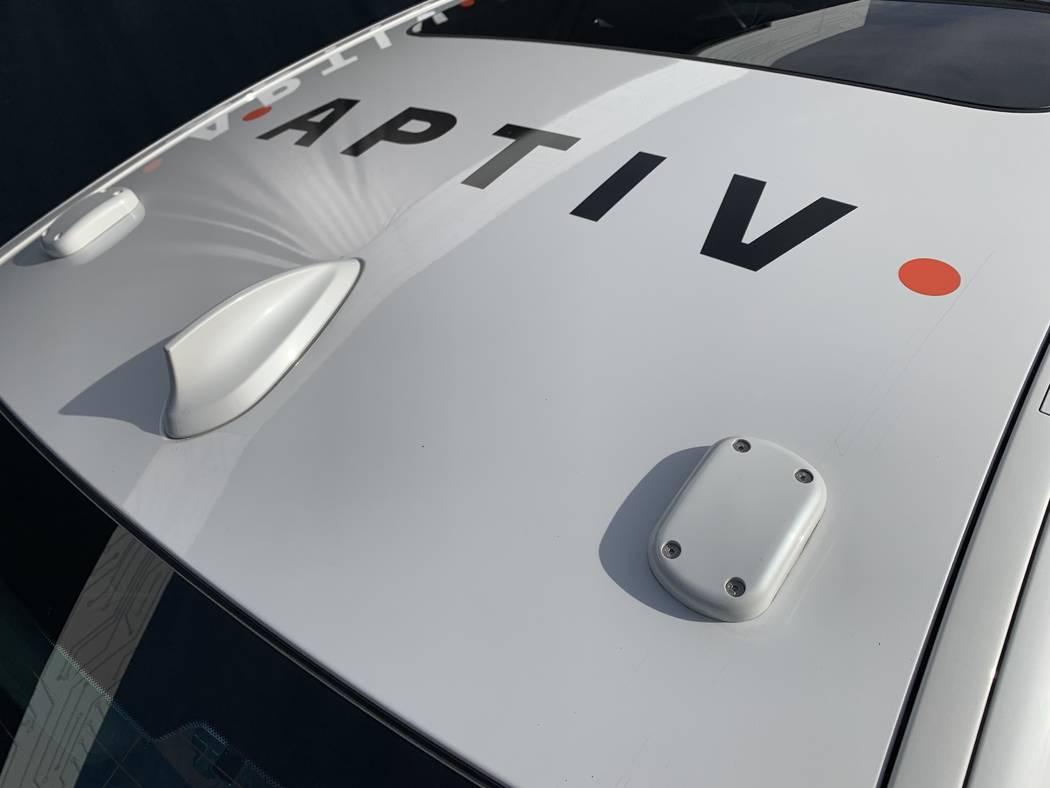 El BMW con motor automático Aptiv en la plataforma Lyft cuenta con dos sensores GPS y una antena de comunicaciones de corto alcance dedicada en el techo del vehículo. (Mick Akers / Las Vegas Rev ...