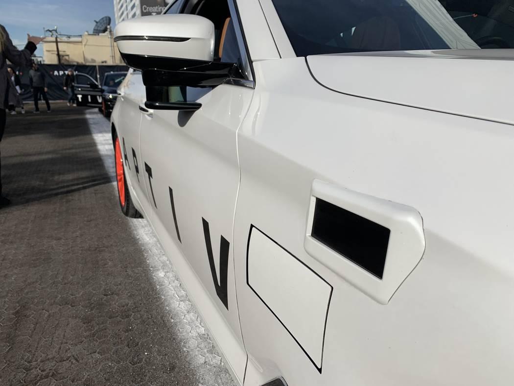 El BMW Aptiv de conducción automática de la plataforma Lyft, cuenta con un radar LiDAR de corto alcance en el espejo lateral, un radar de escaneo electrónico y un LiDAR de largo alcance sobre l ...