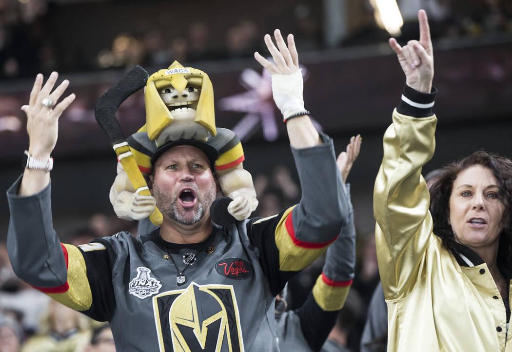 Los fans de los Golden Knights celebran después de que Las Vegas anotó un gol en el segundo período durante su enfrentamiento en casa contra los Minnesota Wild el lunes 21 de enero de 2019, en ...