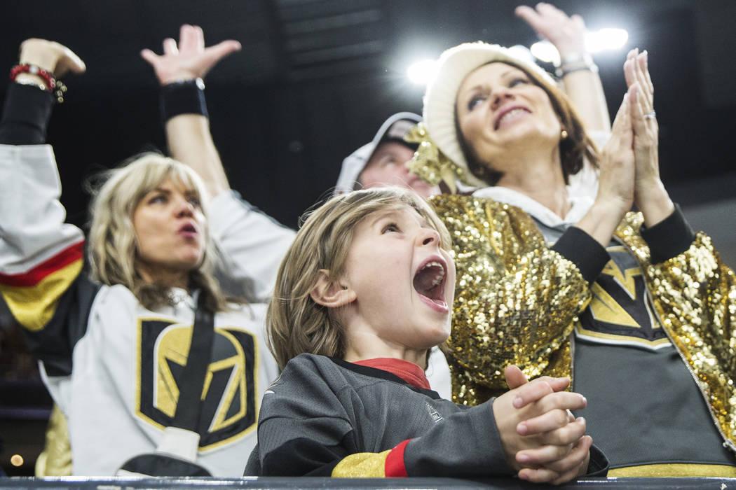 El fan de los Golden Knights, Mick Mugnier, de 12 años, aclama a Las Vegas en el tercer período durante su enfrentamiento en casa con los Minnesota Wild el lunes 21 de enero de 2019, en T-Mobile ...