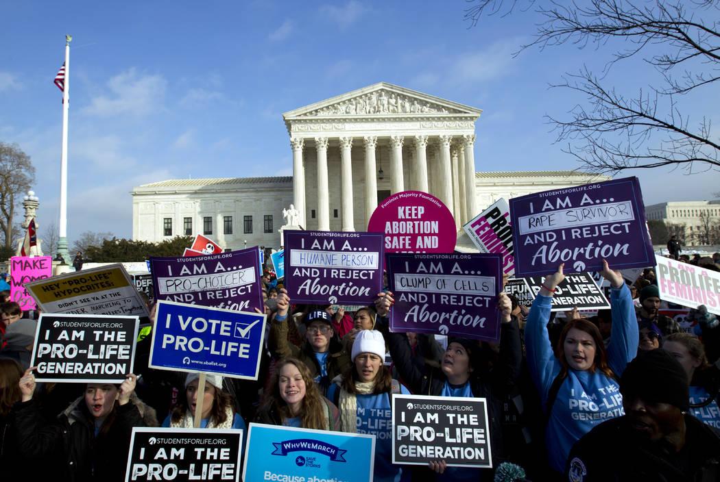 Activistas en contra del aborto marchan fuera de la Corte Suprema Nacional, durante la Marcha por la Vida en Washington el viernes 18 de enero de 2019. (Foto de AP / José Luis Magaña)