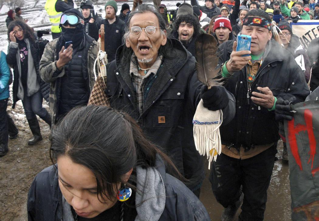 ARCHIVO: en esta foto de archivo del 22 de febrero de 2017, una gran multitud que representa a la mayoría de los manifestantes restantes de Dakota Access Pipeline, incluyendo a Nathan Phillips, c ...