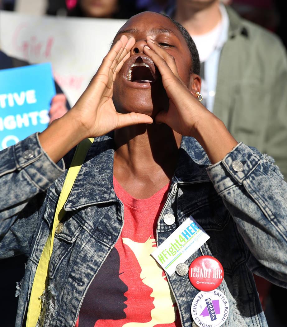 Ashley Bowman grita consignas durante Empowering Women March el sábado 19 de enero de 2019, en las afueras de Lloyd George Federal Building en Las Vegas. Bizuayehu Tesfaye / Las Vegas Review-Jour ...