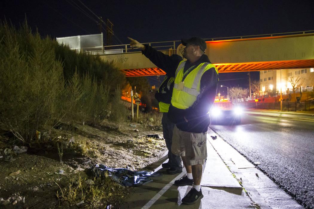 William Kight, centro, busca personas sin hogar durante el censo anual de personas sin hogar del sur de Nevada en Las Vegas el martes 22 de enero de 2019. Kight, que anteriormente se encontraba si ...
