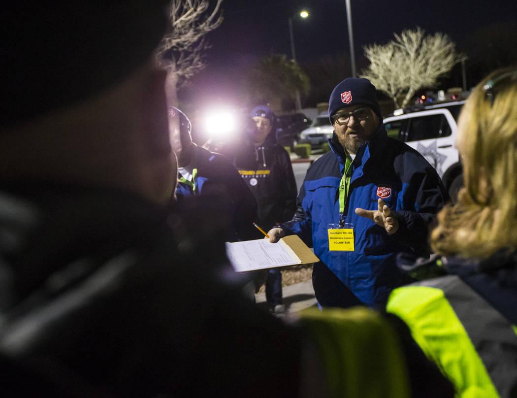 Ryan McDonald, coordinador de servicios para personas sin hogar en el Ejército de Salvación, habla con voluntarios y participantes al comienzo del Censo de Personas sin Hogar del Sur de Nevada e ...