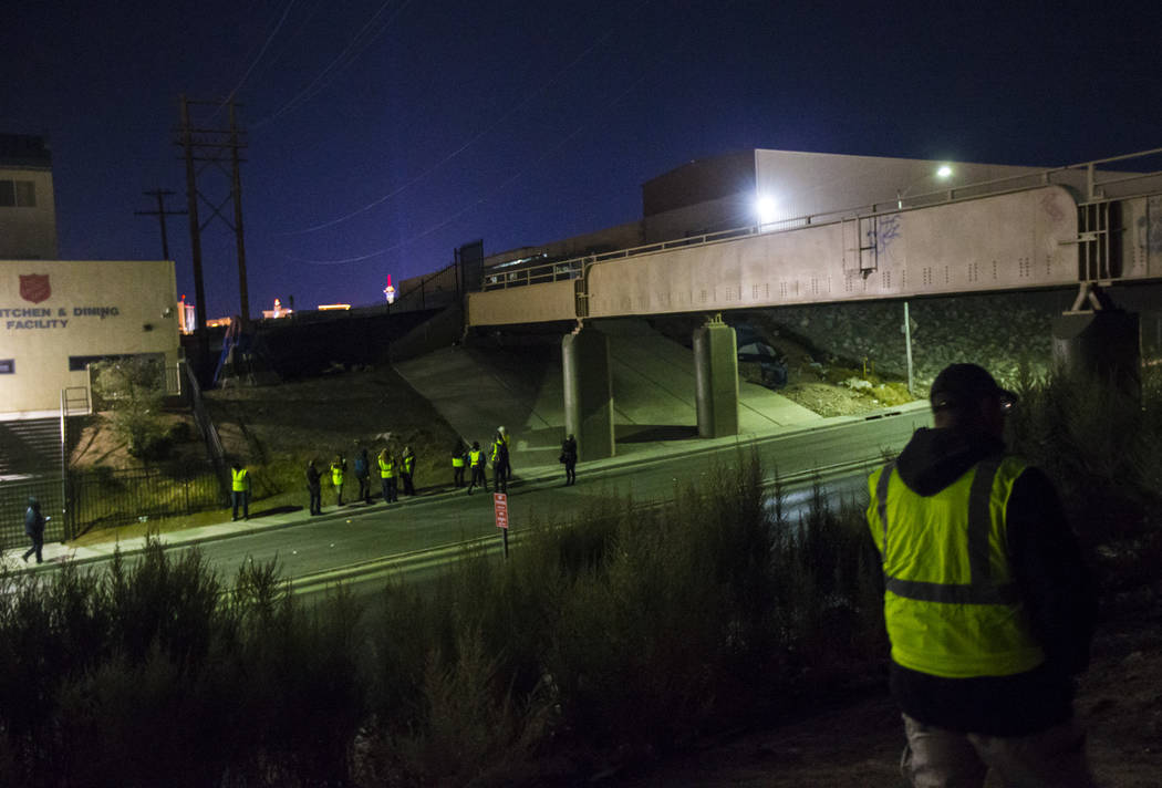 William Kight, a la derecha, busca en los arbustos personas sin hogar durante el censo anual de personas sin hogar del sur de Nevada en Las Vegas el martes 22 de enero de 2019. Kight, quien anteri ...