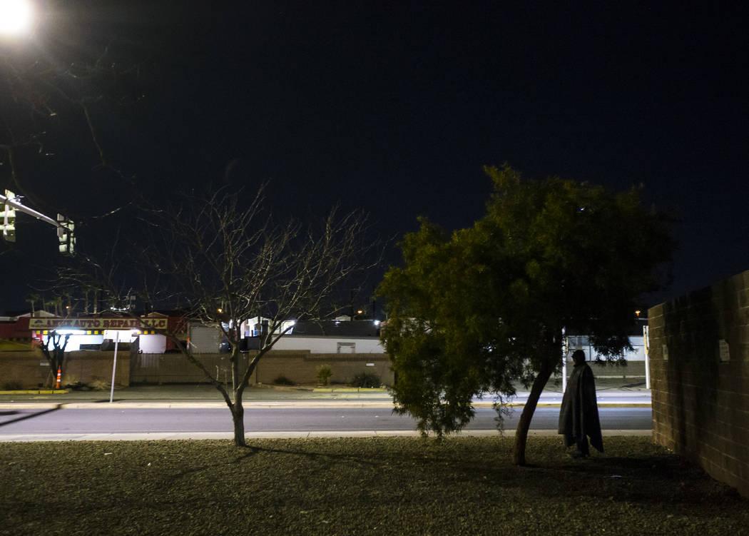 La silueta de un hombre sin hogar a lo largo de Main Street, cerca de la avenida Owens, mientras que el Censo Anual de Personas sin Hogar del Sur de Nevada se realizó en Las Vegas el martes 22 de ...
