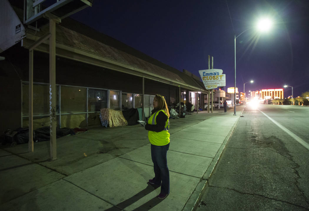 Jeree Saucedo, director asistente de servicios sociales del Ejército de Salvación, busca personas sin hogar en Main Street durante el censo anual de personas sin hogar del sur de Nevada en Las V ...