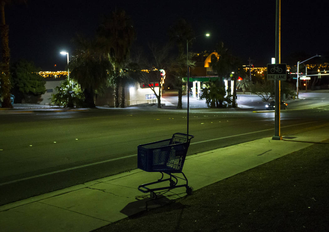 Un carro de compras solitario se encuentra en Washington Avenue, cerca de Las Vegas Boulevard, durante el Censo Anual de Personas sin Hogar del Sur de Nevada en Las Vegas el martes 22 de enero de ...