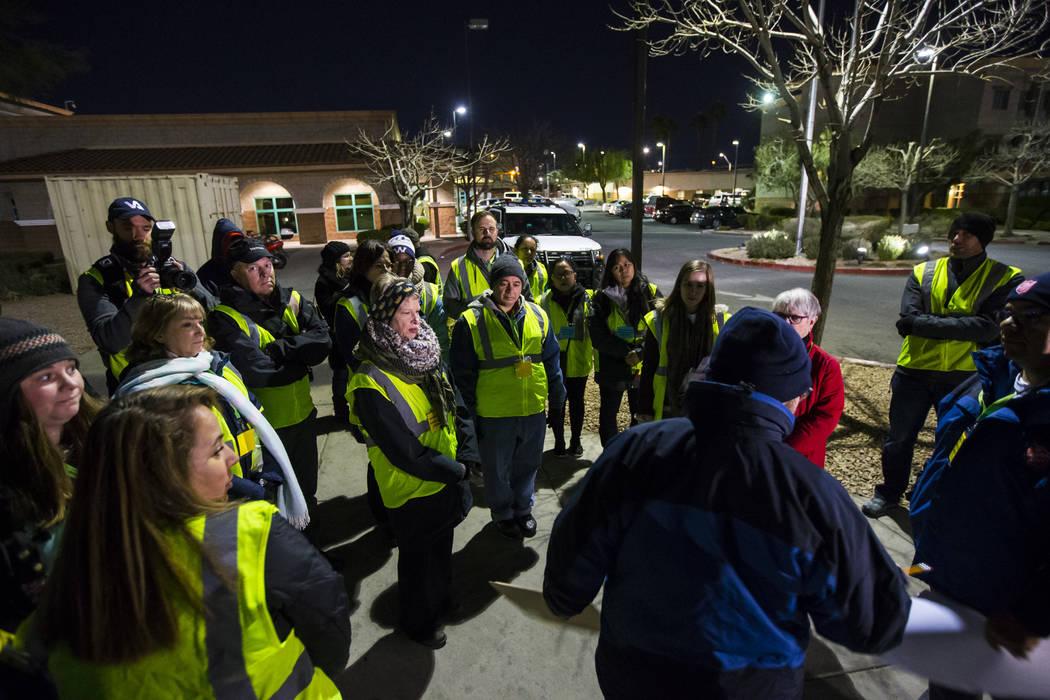 Voluntarios y participantes se reúnen antes de salir para el Censo de personas sin hogar del sur de Nevada en Las Vegas el martes 22 de enero de 2019. (Chase Stevens / Las Vegas Review-Journal) @ ...