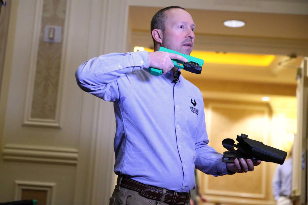 Brian Hedeen, presidente y director ejecutivo de Viridian Weapon Technologies, hace una demostración de su cámara montada en un arma durante el SHOT Show en el Sands Expo Convention Center en La ...