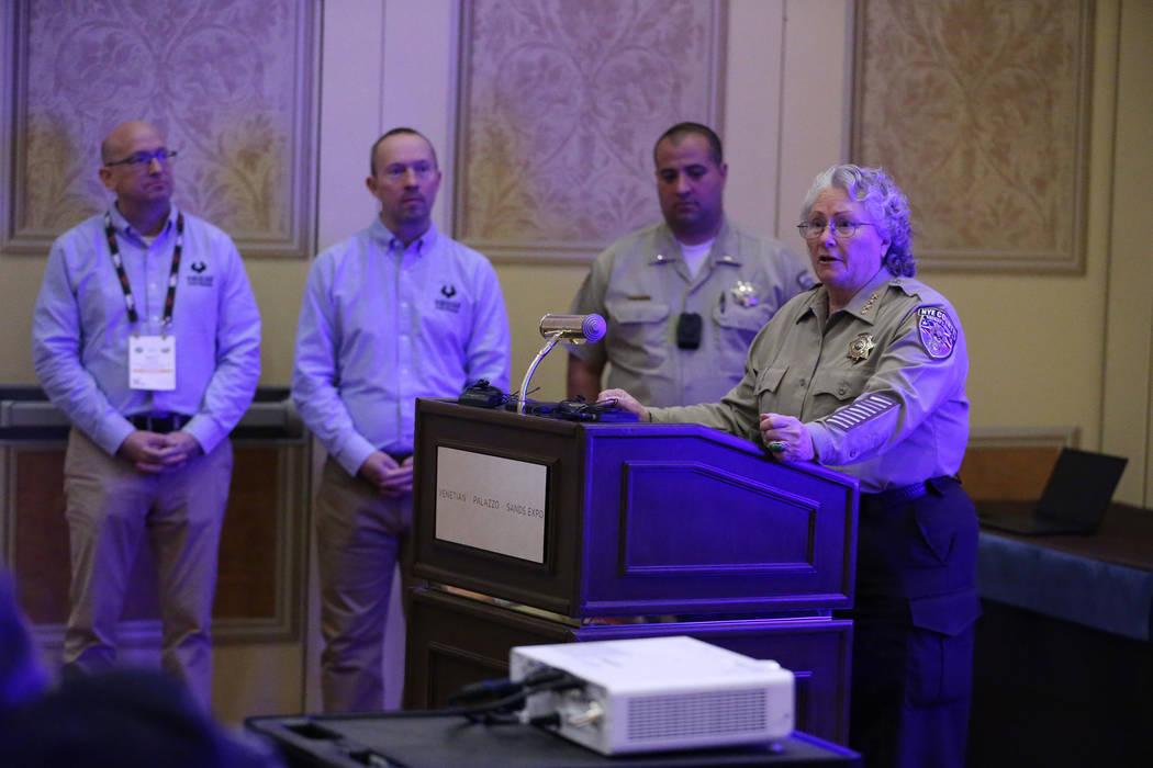 La Alguacil del Condado de Nye, Sharon Wehrly, habla sobre su departamento con cámaras montadas en un arma de Viridian Weapon Technologies durante el SHOT Show en el Sands Expo Convention Center ...