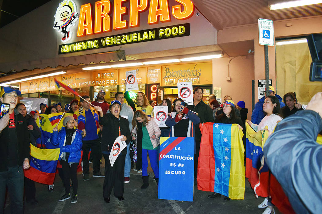 """La comunidad venezolana en Las Vegas se solidarizó con Juan Guaidó, quien se proclamó """"presidente encargado de Venezuela"""". Miércoles 23 de enero de 2019, en Viva Las Arepas. Foto Frank Ale ..."""