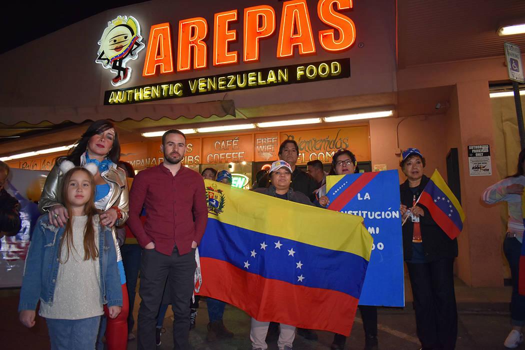 La comunidad venezolana en Las Vegas lanzó consignas contra Nicolás Maduro. Miércoles 23 de enero de 2019, en Viva Las Arepas. Foto Frank Alejandre / El Tiempo.