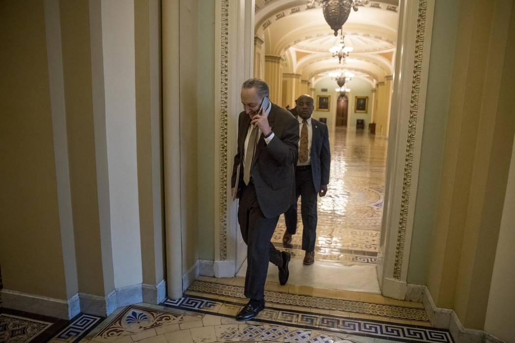 El líder de la minoría del Senado, el senador Chuck Schumer, de Nueva York, llega a Capitol Hill en Washington el jueves 24 de enero de 2019. (Foto de AP / Andrew Harnik)
