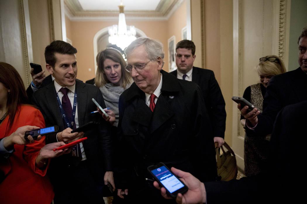 El líder de la mayoría en el Senado, Mitch McConnell, de Kentucky, se retira para el día después de que dos proyectos de ley del Senado para poner fin al cierre parcial del gobierno fracasen e ...