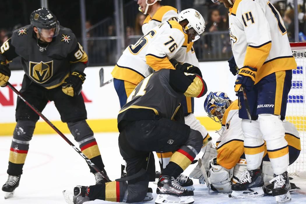 El defensa de los Nashville Predators, P.K. Subban (76), agarra al centro de los Golden Knights, Pierre-Edouard Bellemare (41), durante el segundo período de un juego de hockey de la NHL en T-Mob ...
