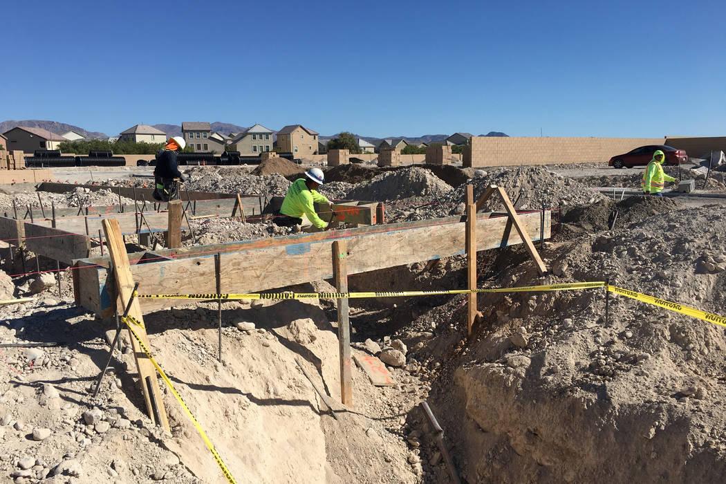 Los contratistas de Pulte Homes trabajan en un sitio residencial en la comunidad de Sedona Ranch en North Las Vegas el viernes 12 de octubre de 2018. (Eli Segall / Las Vegas Review-Journal)