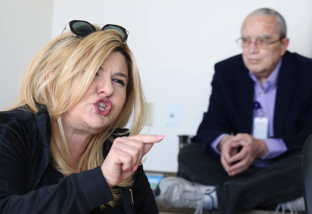 La concejala Michele Fiore habla mientras Dan Burdish, asistente especial de Fiore, observa durante una entrevista con el diario Las Vegas Review-Journal el lunes 21 de enero de 2019 en Las Vegas. ...