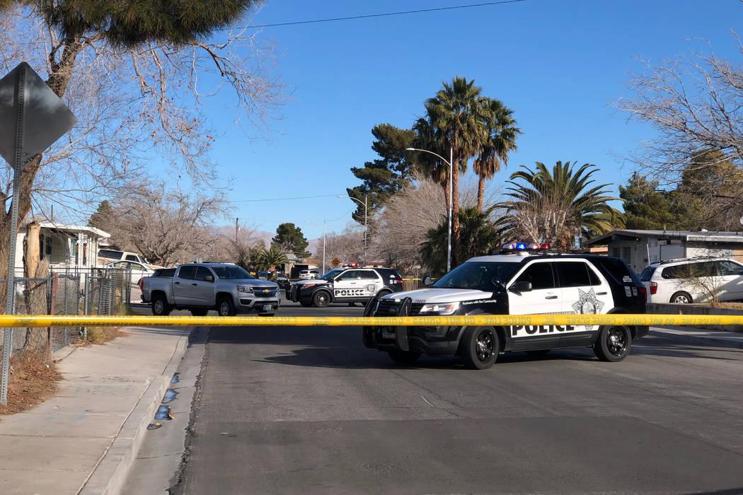 Los detectives de homicidios de Las Vegas están investigando después de que un hombre fue encontrado muerto a tiros el viernes por la mañana en un vecindario del noreste del valle. (Rio Lacanla ...