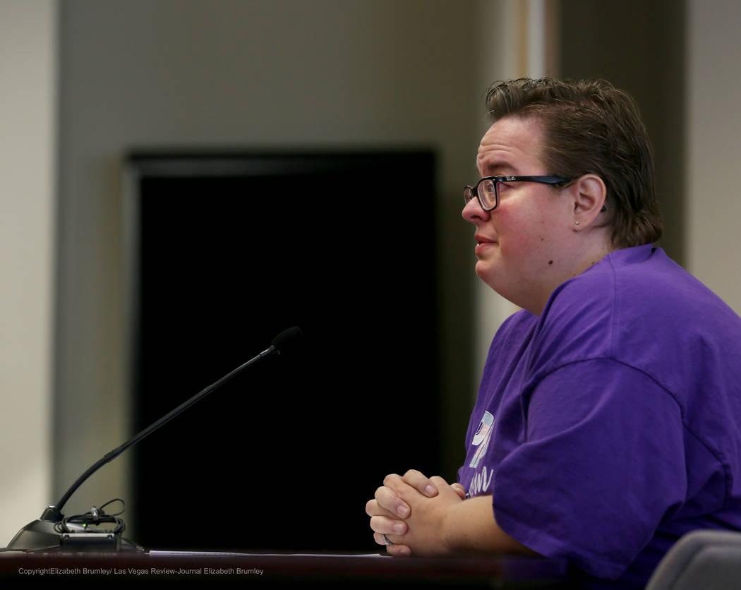 Jennifer Roberson comparte la historia de su hijo transgénero durante una reunión sobre políticas transgénero para el Distrito Escolar del Condado de Clark en el Departamento de Educación de ...