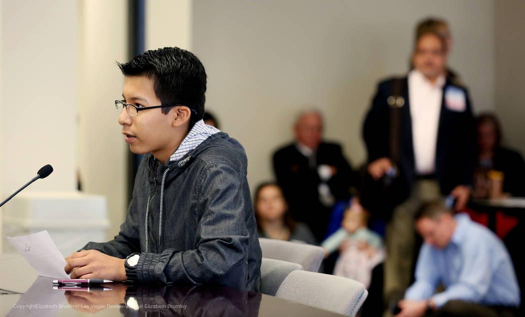 Erick Ruiz, un estudiante de noveno grado en Odyssey Charter High School, comparte su opinión en contra de las políticas transgénero para el Distrito Escolar del Condado de Clark en el Departam ...